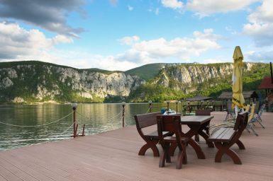 Pe terasa la Pensiunea Decebal - Cazanele Dunarii