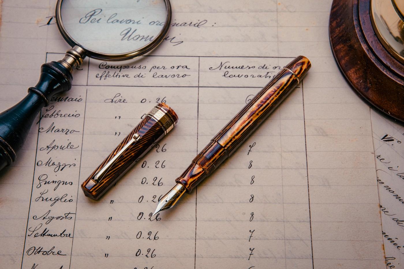 Penne stilografica adagiata su fogli antichi e scritti - cartoleria rossi mantova
