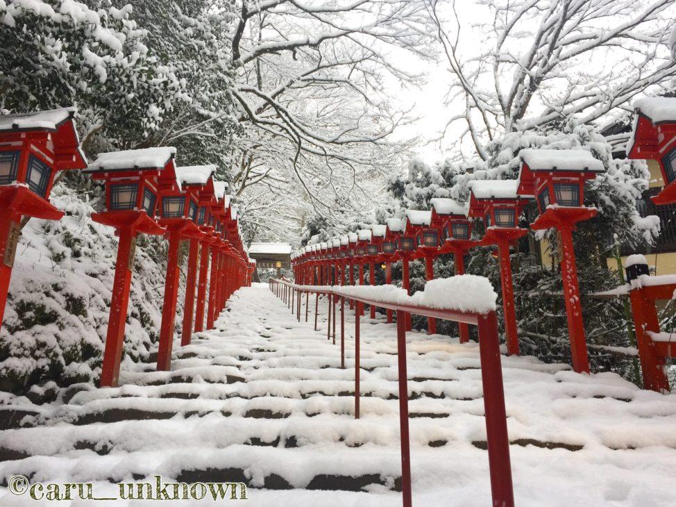 雪化粧の貴船神社の本宮に向かう階段