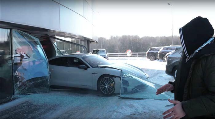 Youtuber Gila tabrakkan Porsche Taycan Baru ke Kaca Delaer