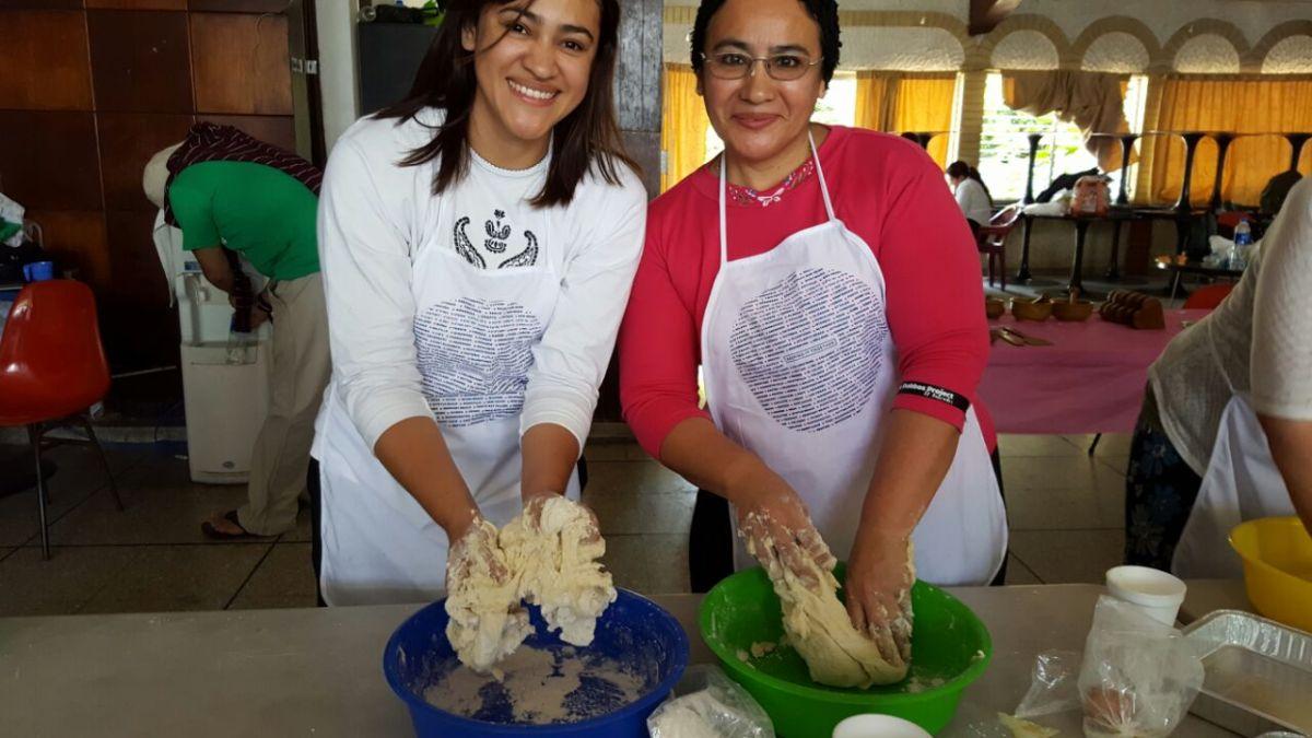 Horneando jalá en El Salvador