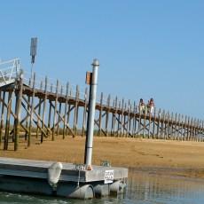 Passadiço de acesso à praia na ilha