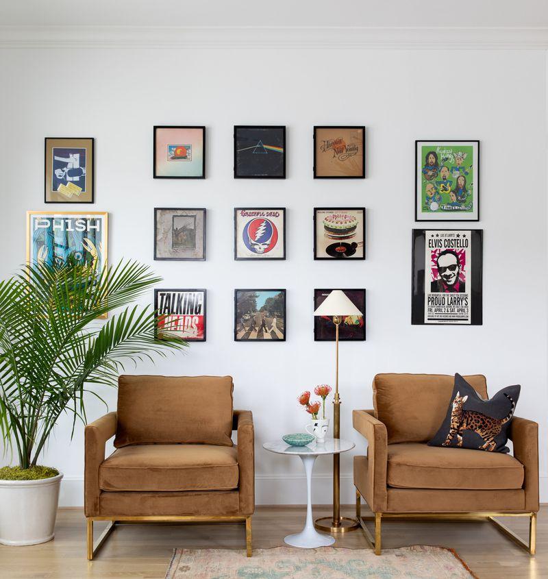 """<span style=""""font-weight: 400"""">Um ótimo jeito de criar o seu cômodo é incluindo arte nele. No caso desse estilo, considere apenas arte gráfica. O gênero compartilha semelhanças com o design - com suas linhas nítidas, tons sólidos e acenos para o comercialismo.</span>"""