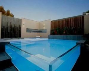 Construção de piscina com parede de vidro