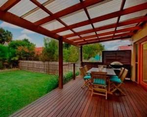 Aplicação de deck de madeira remodelação