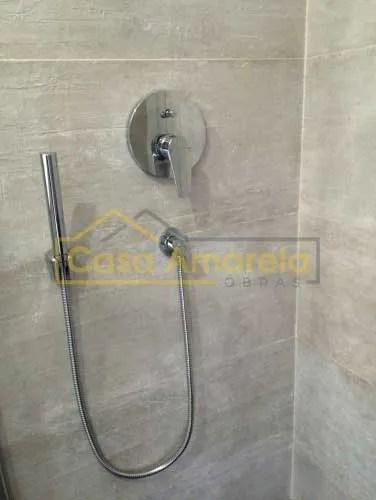 Misturadora e chuveiro em remodelação de casa de banho