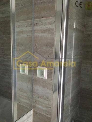 Pormenor de esquina em remodelação de casa de banho com base de duche