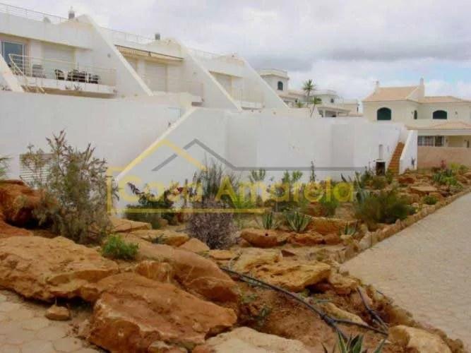 Arranjos exteriores com jardins