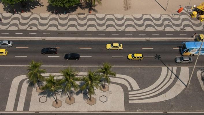 As curvas permaneceram paralelas às ondas do mar, porém maiores e mais sedutoras. Nos canteiros centrais, mosaicos contemporâneos - laformamodernaenlatinoamerica.blogspot.com.br