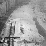 Obras: do alto, é possível ver a tubulação do emissário submarino - acervo.oglobo.globo.com