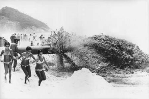 Crianças fugindo da forte descarga de material para o aterro - rioquepassou.com.br