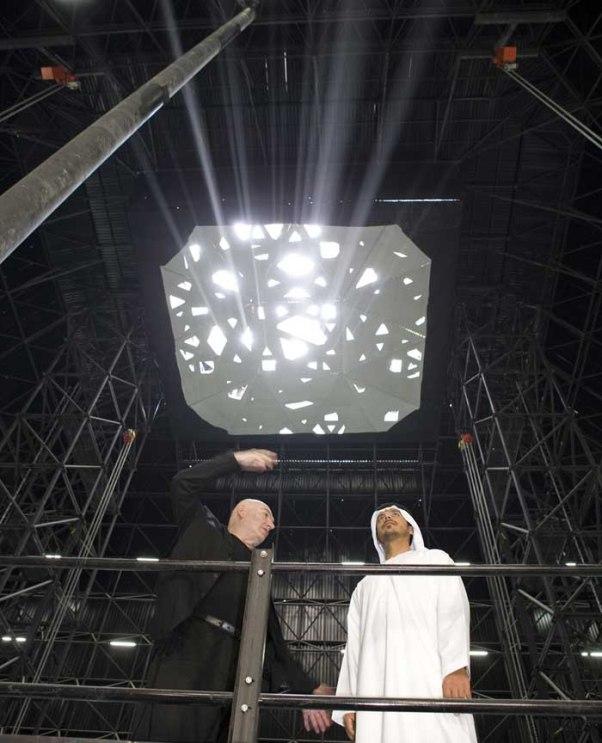 Jean Nouvel mostra ao Sheikh Sultan bin Tahnoon Al Nahyan o protótipo em escala real da entrada de luz pelas frestas da cúpula - Imagem TDIC