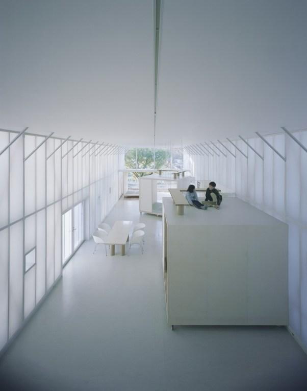 Paredes difusas alongam-se do solo ao teto e concedem a sensação de flutuar em uma nuvem. Naked House - Shigeru Ban - Imagem Hiroyuki Hirai