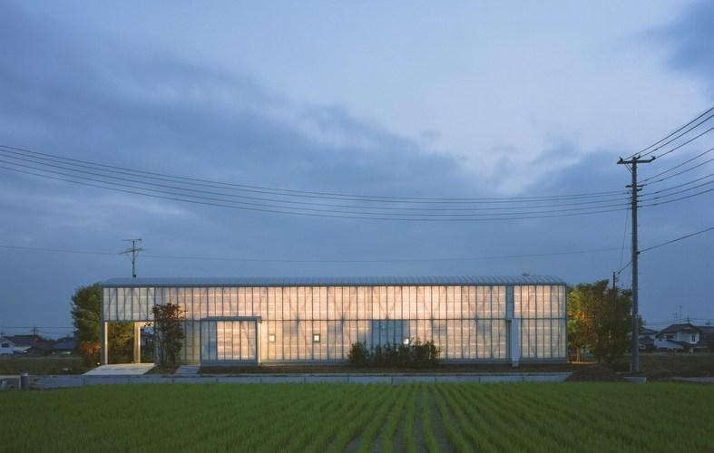 Paredes difusas alongam-se do solo ao teto e concedem a sensação de flutuar em uma nuvem. Naked House - Shigeru Ban - ArchDaily - Imagem Hiroyuki Hirai