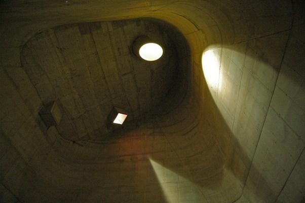Por volta do meio-dia as ondas cedem lugar a feixes bem definidos de luz, através de aberturas zenitais em ângulos localizadas na cobertura. Saint-Pierre, Firminy - Le Corbusier - Imagem: Henry Plummer