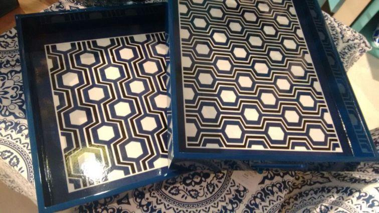 Bandeja em madeira com estampa geométrica. http://www.ishela.com.br/