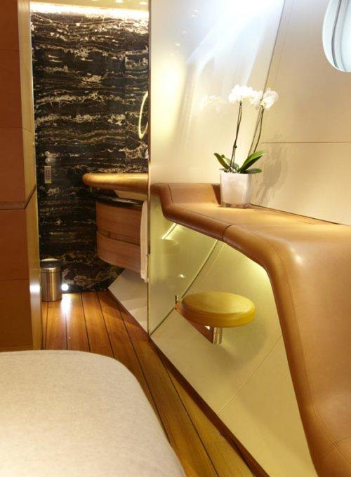 Uma orgânica e curvilínea espreguiçadeira margeia o casco dentro de cada cabine, formando assentos / aparadores contínuos e informais. Paredes de mármore dividem os quartos de seus banheiros dentro de cada suíte.