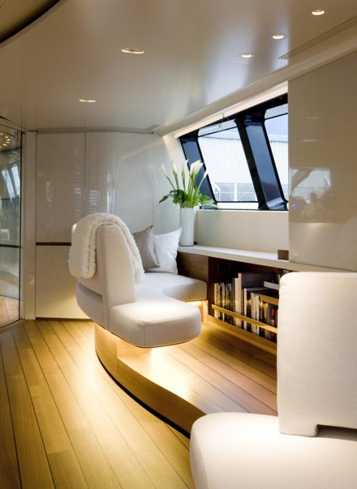 Equipamentos de entretenimento e comunicação de última geração ficam discretamente integrados nos incríveis painéis desenhados para o mobiliário e para arquitetura de interiores.