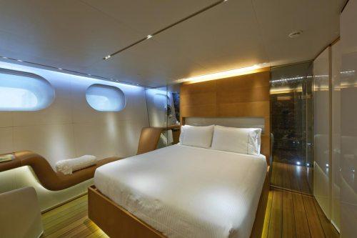 Uma orgânica e curvilínea espreguiçadeira margeia o casco dentro de cada cabine, formando assentos / aparadores contínuos e informais.