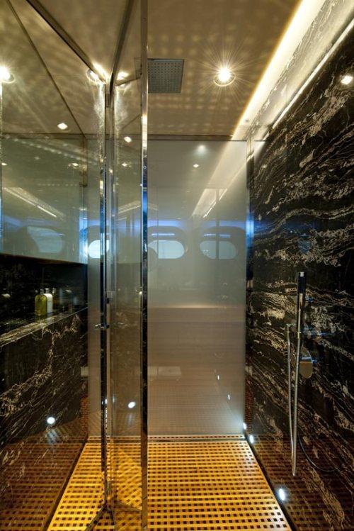 Paredes de mármore dividem os quartos de seus banheiros dentro de cada suíte. Luxo total!!!