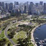 Vista aérea do Parque do Flamengo com o centro do Rio de Janiro ao fundo. O aterro foi construído justamente para a ampliação da avenida que liga o centro à Zona Sul do Rio! Imagem: SkyScraperCity