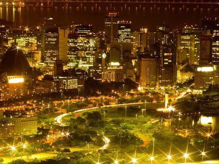 Aterro do Flamengo à noite, com seu parque de exuberantes árvores tropicais. Rio de Janeiro