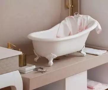 """Olha que graça é a banheira """"Slipper"""" Bebê da DOKA Bath Works. Ela estava exposta na Expo Revestir 2017 e foi um sucesso! Imagem : DOKA"""