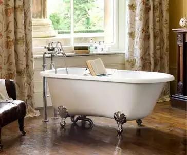"""Linda e elegante banheira vitoriana """"Wessex"""" da marca DOKA Bath Works, uma das expositoras da na Expo revestir 2017. Imagem: DOKA"""