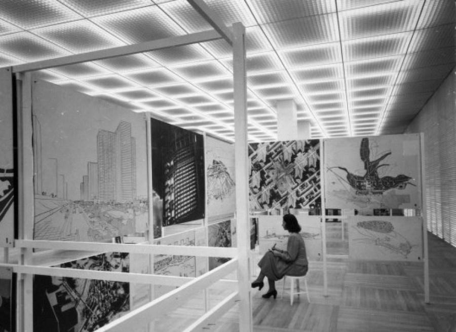 LINA BO BARDI NO MASP (Museu de Arte de São Paulo) 7 DE ABRIL, EM 1950. EXPOSIÇÃO DE LE CORBUSIER. Casa Ao Cubo. Foto: Site Vitruvius