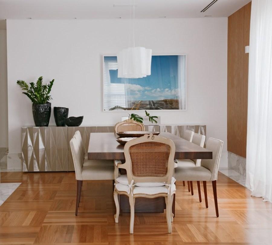 Pisos de madeira, madeira natural, taco de madeira. Taco Dama. Sala mistura clássico e contemporâneo. Bufê contemporâneo. Cadeiras clássicas. Casa ao Cubo.