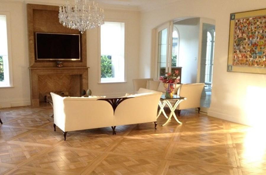 Pisos de madeira, madeira natural, parquet de madeira. Parquet Versailles. Decoração Clássica. Sala em estilo clássico. Piso e lareira em madeira. Lustre de cristais. Casa ao Cubo.