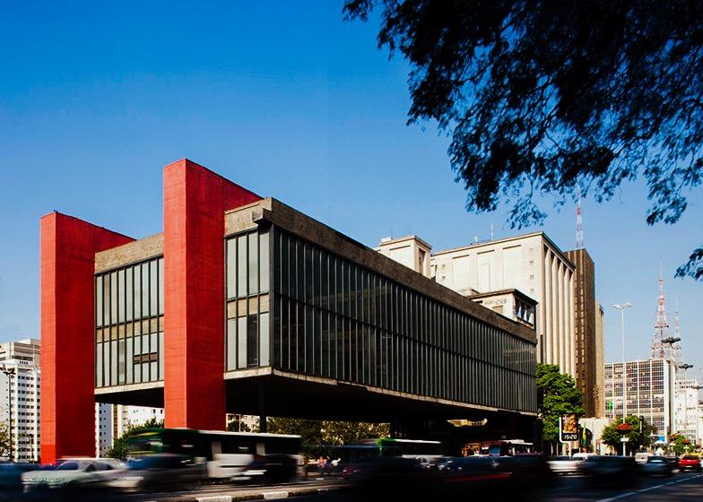 """MASP visto da Avenida Paulista, com seus pórticos vermelhos e seu popular """"vão livre"""". Casa Ao Cubo. Foto: Leonardo Finotti."""