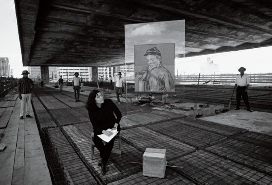 """DURANTE A CONSTRUÇÃO DO MASP, LINA BO BARDI POSA AO LADO DA PINTURA """"O ESCOLAR"""", DE VAN GOGH. Casa Ao Cubo. Foto: Lew Parrela."""
