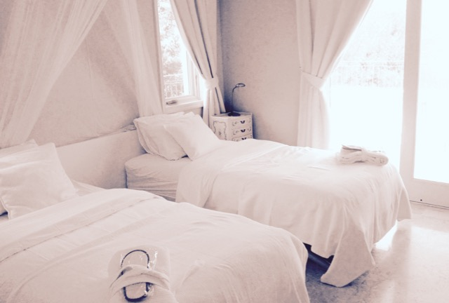 White Suite w/ 2 beds