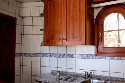 Die offene Küche ist kompakt und aus massivem Holz.