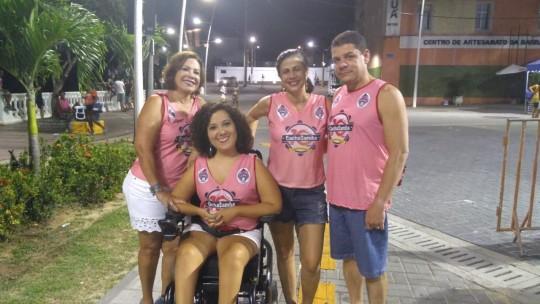 Mila D'Oliveira, autora do texto, com amigos no carnaval, em 2017.