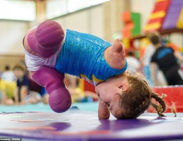 Aos 5 anos, superando seus limites (Foto: SWNS)