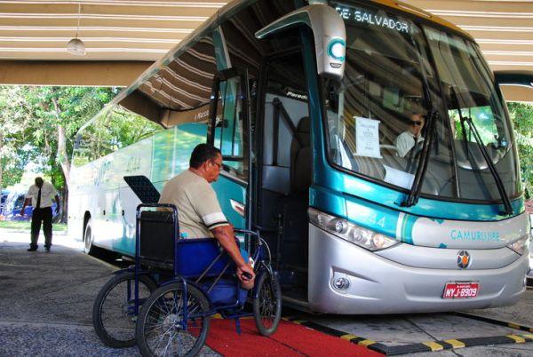 Cadeirante em frente ao ônibus - Passe Livre