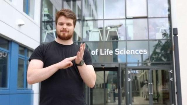 Estudante Liam Mcmulkin contribuição para a formulação do novo vocabulário científico que pode entrar na Língua de Sinais Britânica (Foto: Universidade de Dundee)