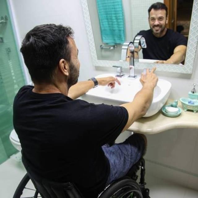 Eduardo num banheiro adaptado Foto: Gabriela Fittipaldi / Agência O Globo
