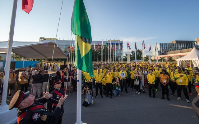 Delegação brasileira acompanha hasteamento da bandeira no Parapan de Toronto, em 2015 — Foto: Comitê Paralímpico Brasileiro