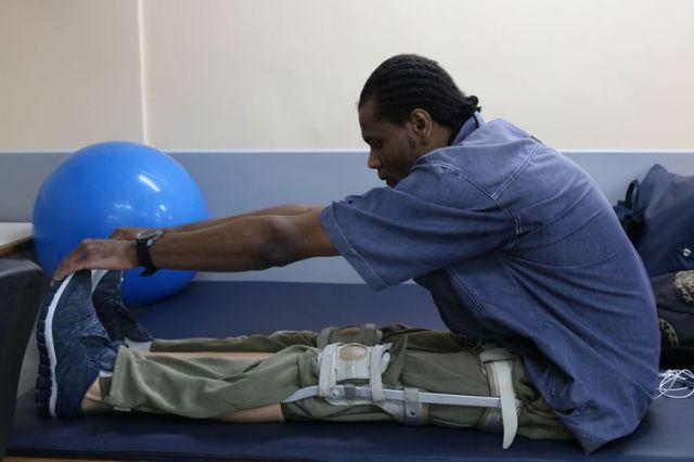 São Paulo - O estudante de psicologia, Paulo César de Jesus, realiza sessão de fisioterapia no Hospital AACD.