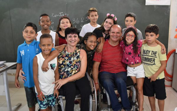 Sônia, Jeferson e os alunos - Foto: Pedro Martins/G1
