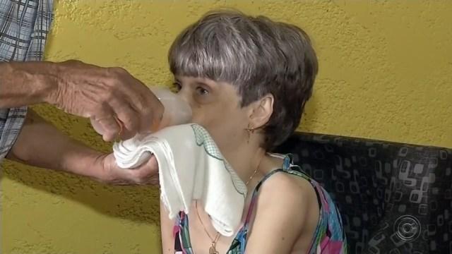 Pai inventa copo para ajudar filha com paralisia em Floreal — Foto: Reprodução/TV TEM