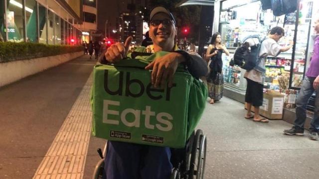 Um dos objetivos de Luciano é conseguir equipamento para que cadeira de rodas se torne uma espécie de triciclo, para ajudá-lo nas entregas - Vinícius Lemos/BBC News Brasil