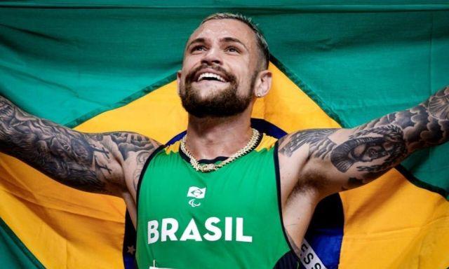 Vinícius Rodrigues com bandeira medalha de prata 100 m jogos paralímpicos tóquio 2020