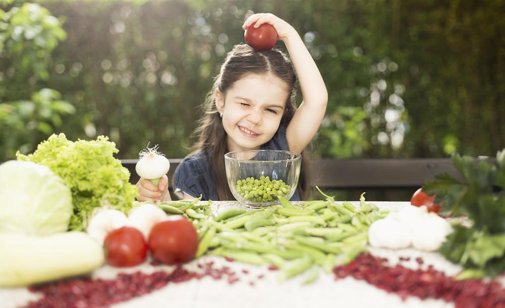 Girl eating healthy Ki-Ra