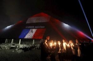 La grande pyramide di Cheops in Egitto illuminata in onore alle vittime.