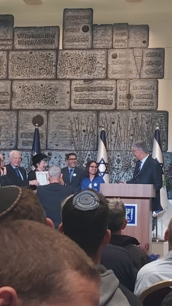 *Una muchacha de Bnei Menashe, recibe un premio en la casa del presidente*