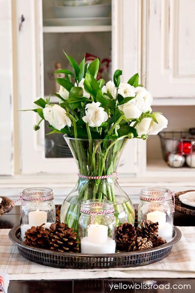Decoração de natal com pinhas e flores